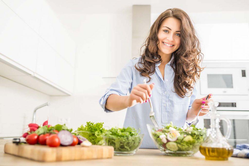 Eine gute Ernährung hält fit und gesund. Perfekt fürs Würzen von Salat und Gemüse ist Das grüne Salz mit vielen Kräutern.