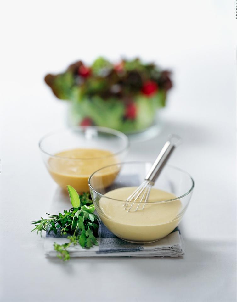 Zwei Salat Dressings mit Senf und Joghurt, schnell und fein gewürzt mit Das grüne Salz.