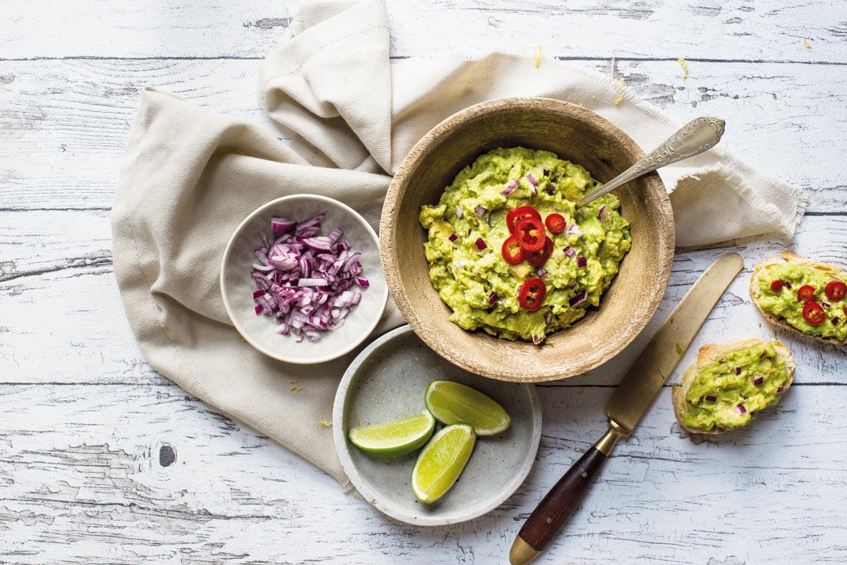 Statt Avocado nehmen wir Erbsen für die Guacamole. Mit Chili, Limette und Das grüne Salz.